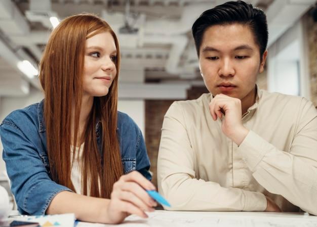 Рыжая деловая женщина обсуждает с коллегой