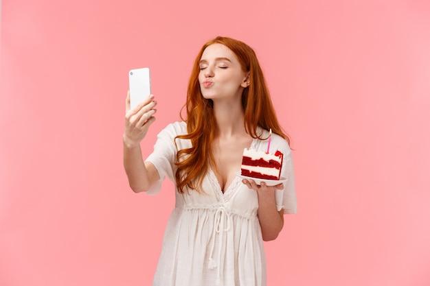 赤毛の白人女性の誕生日を祝って、フォロワーに感謝の気持ちを送る