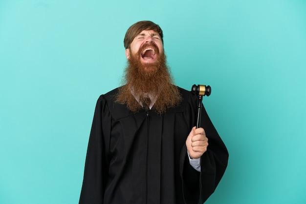 笑って青い背景で隔離赤毛白人裁判官男