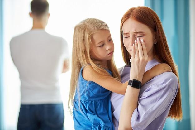 子供の女の子と赤毛の白人女性は、彼が背を向けたときに男を残します