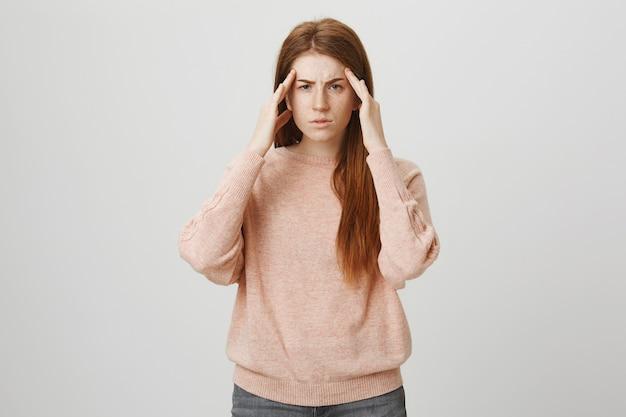 Рыжая студентка страдает от мигрени