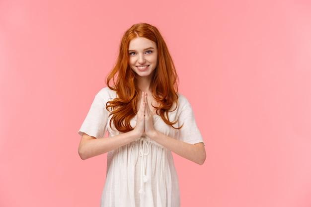 ピンクの感謝を表現する赤毛の女の子