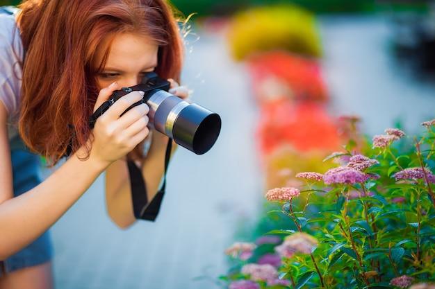 빨강 머리 소녀는 사진을 찍는 법을 배웁니다