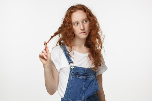 決定を下している間当惑しているように見える赤毛の女の子