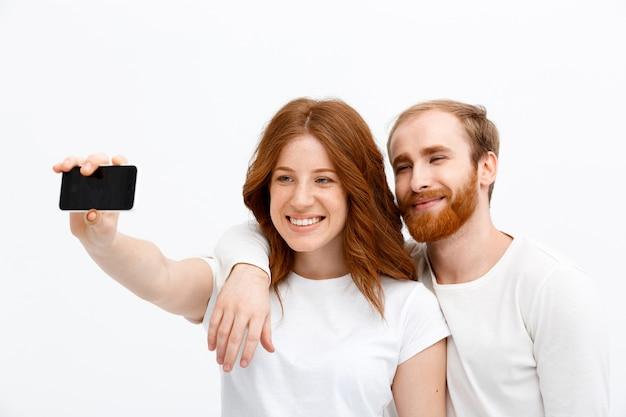 빨간 머리 행복 한 남자와여자가 selfie을 가져가