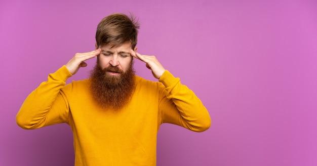 頭痛で孤立した紫に長いひげを持つ赤毛の男