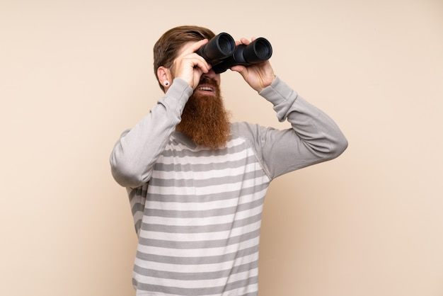 黒双眼鏡で長いひげを持つ赤毛の男