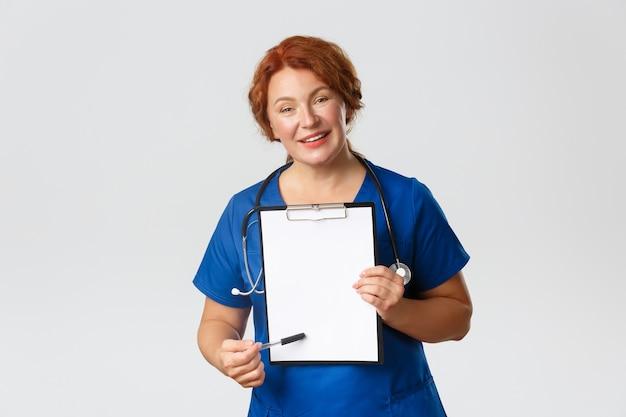 빨강 머리 중년 간호사 포즈