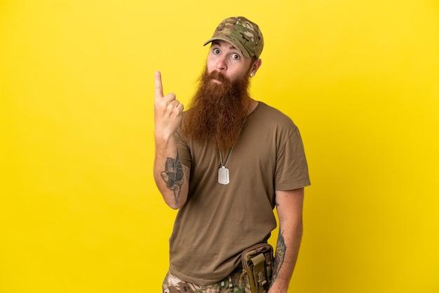 Рыжий военный с собачьей биркой на желтом фоне, указывая указательным пальцем - отличная идея