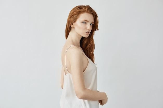 パジャマのポーズで赤毛のモデル。