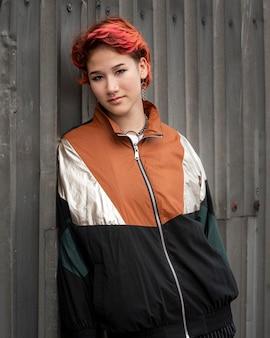 Persona non binaria di redhead in abbigliamento sportivo