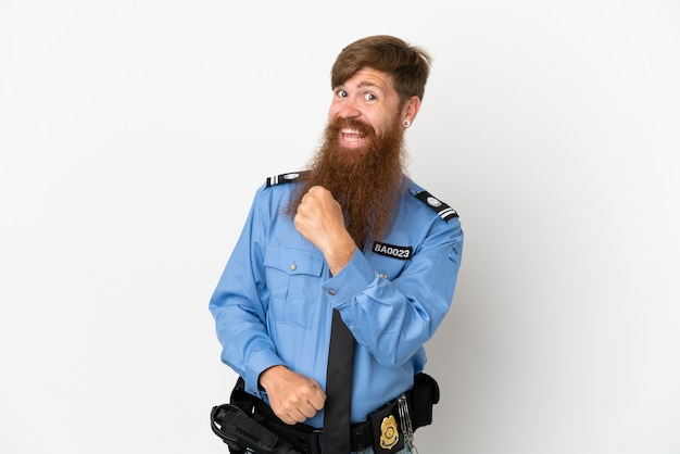 Рыжий полицейский на белом фоне празднует победу