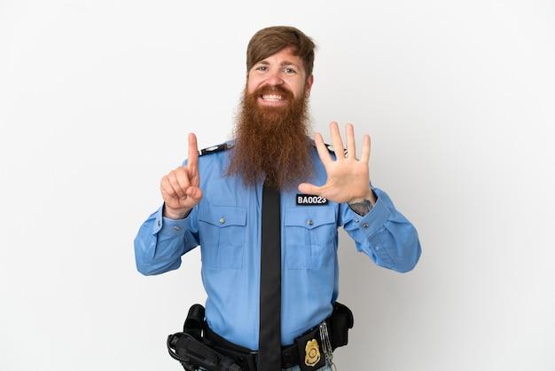 손가락으로 6을 세는 흰색 배경에 고립 된 빨간 머리 경찰 남자