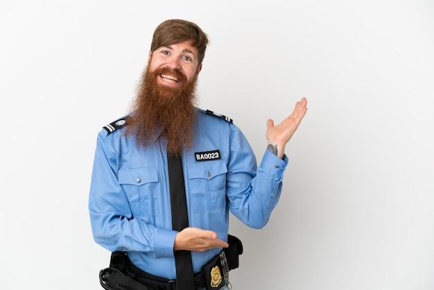 Рыжий полицейский, изолированные на белом фоне, протягивает руки в сторону для приглашения приехать