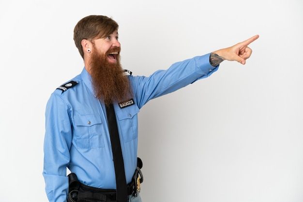 멀리 가리키는 흰색 배경에 고립 된 빨간 머리 경찰 남자