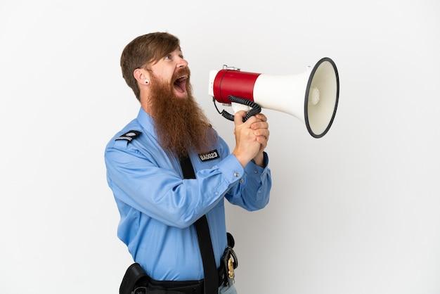 확성기를 통해 외치는 흰색 배경에 고립 된 빨간 머리 경찰 남자
