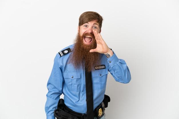 Рыжий полицейский, изолированные на белом фоне, кричит с широко открытым ртом