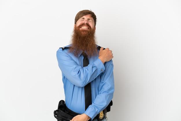 Рыжий полицейский, изолированные на белом фоне, страдает от боли в плече за то, что приложил усилие