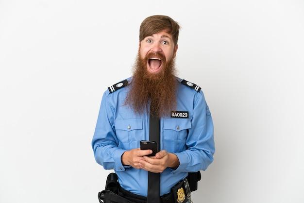 Рыжий полицейский мужчина на белом фоне удивлен и отправляет сообщение