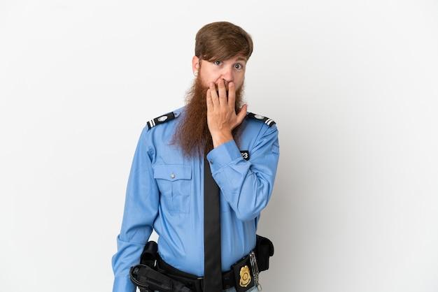 흰색 배경에 격리된 빨간 머리 경찰 남자는 오른쪽을 보고 놀라고 충격을 받았습니다.