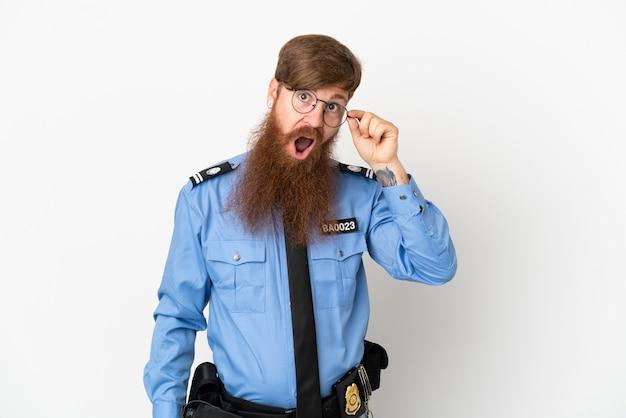 Рыжий полицейский человек изолирован на белом фоне в очках и счастлив