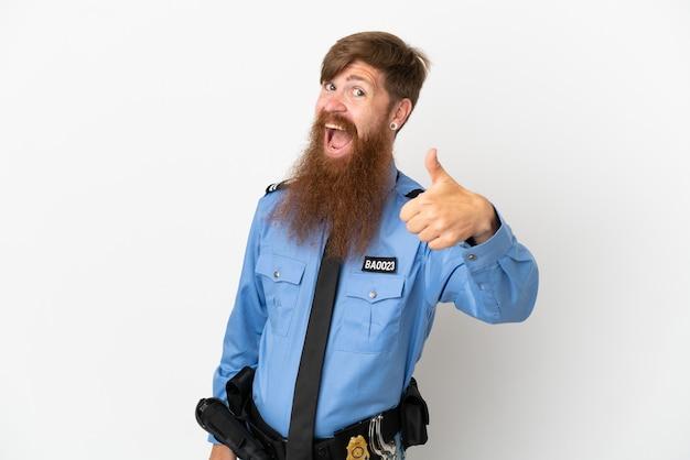 좋은 일이 일어났기 때문에 엄지손가락으로 흰색 배경에 고립 된 빨간 머리 경찰 남자