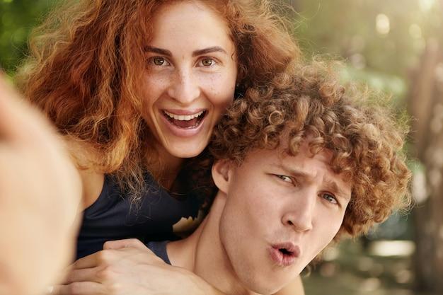 彼女のボーイフレンドを受け入れる赤毛のきれいな女性