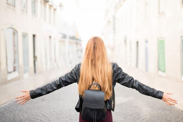 Девушка-рыжий студентка, наслаждаясь свободой в городе