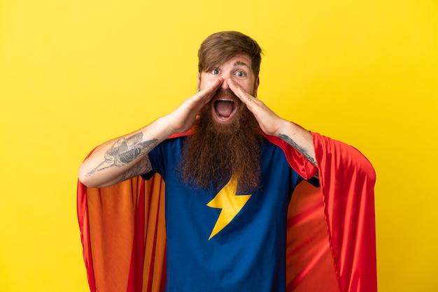 何かを叫び、発表する黄色の背景に孤立した赤毛のスーパーヒーローの男
