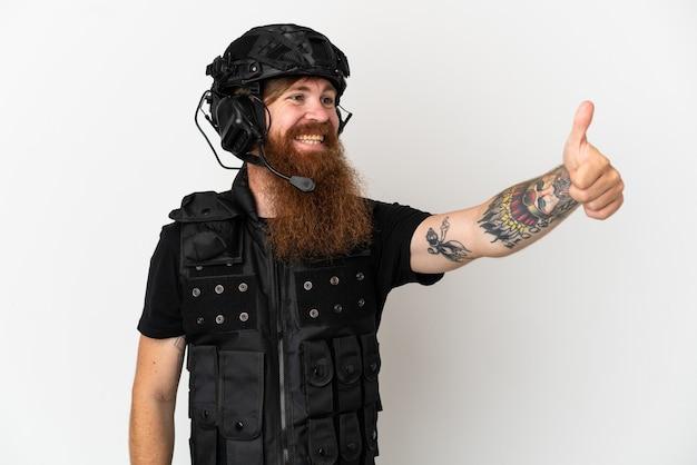 親指を立てるジェスチャーを与える白い背景で隔離赤毛swat