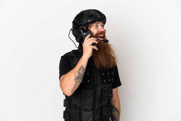 携帯電話との会話を維持する白い背景で隔離赤毛swat