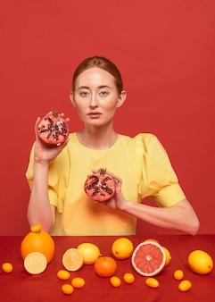 석류를 들고 빨간 머리 여자