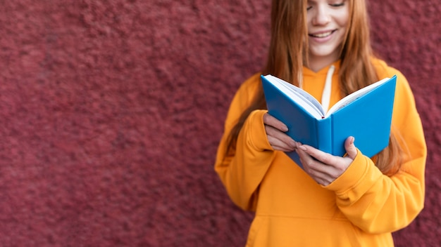 빨간 머리 여자는 책에서 읽고