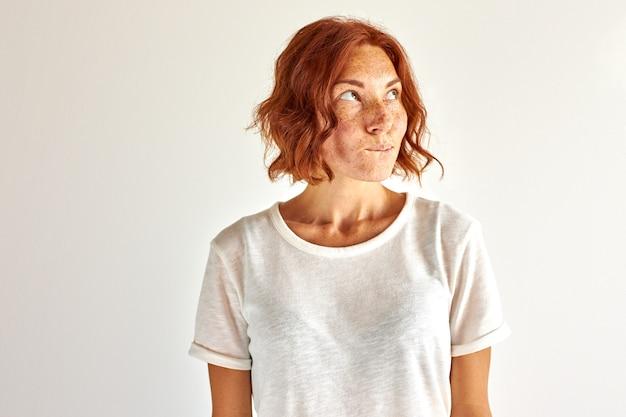 빨간 머리 여자는 꿈을 꾸고 생각하고, 꿈꾸던 꿈이 실현되고 스튜디오에서 격리되기를 원합니다.