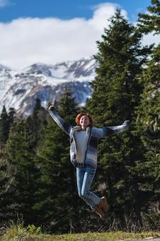 산 하이킹에 빨간 머리 여자 여행자