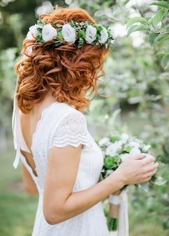 花の冠を持つ赤毛の女性