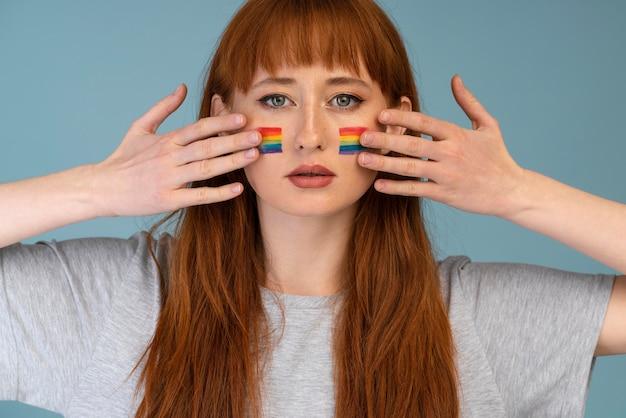 虹のシンボルと赤毛の女性