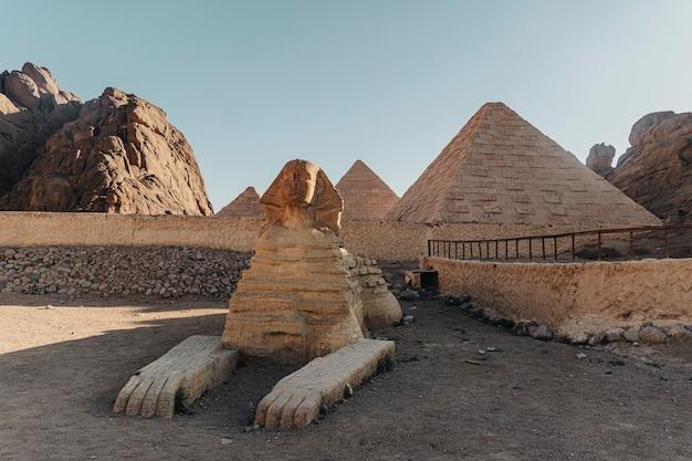 シャルムエルシェイク市の近くのベドウィン村にある古代エジプトの主要なアトラクションのレプリカを減らしました。エジプト