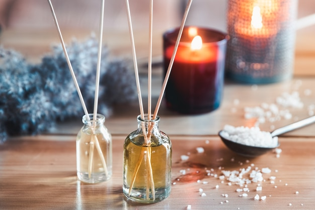 실내 트레이에 촛불과 유칼립투스 가지가있는 리드 공기 청정기, 근접 촬영