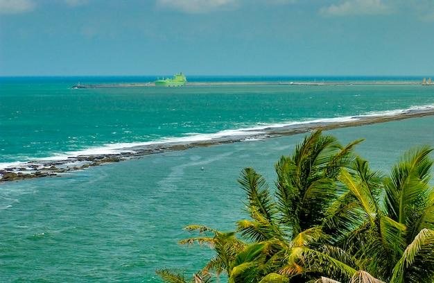 Рифы в море в кабо-де-санто-агостиньо недалеко от ресифи пернамбуку, бразилия