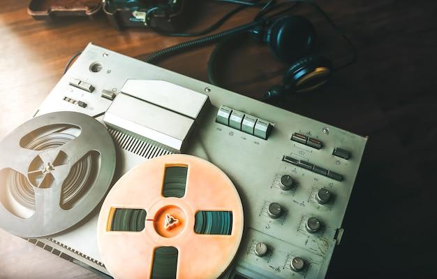 盗聴用のオープンリール式テープレコーダー。野戦電話ソ連が近くに横たわっています。 kgbスパイ会話。