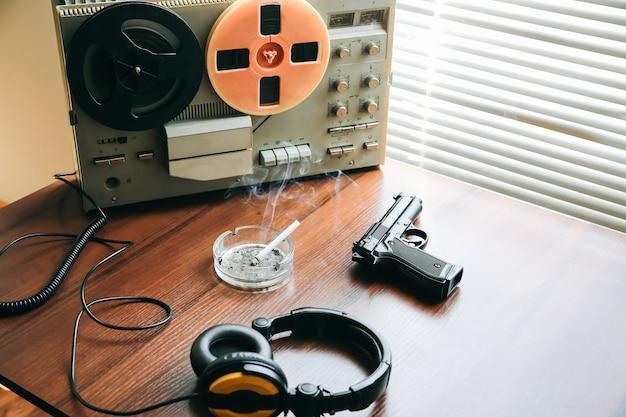 盗聴用のオープンリール式テープレコーダー。