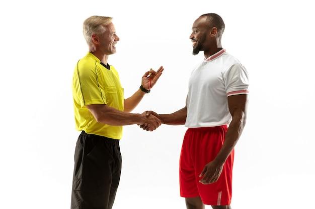 Судья жестами дает указания футболистам или футболистам