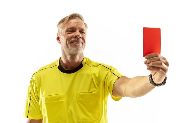 Рефери показывает красную карточку недовольному футболисту или футболисту во время игры, изолированной на белой стене. понятие спорта, нарушение правил, спорные вопросы, преодоление препятствий.