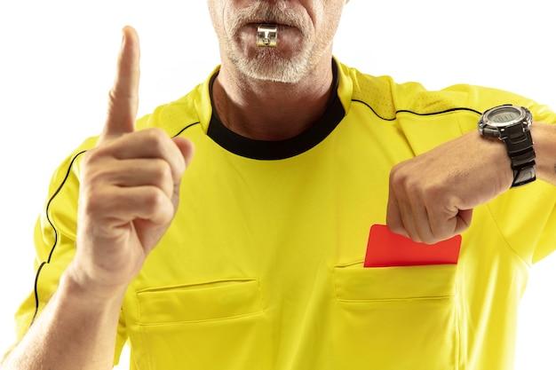 Arbitro che mostra un cartellino rosso a un giocatore di football o di calcio dispiaciuto