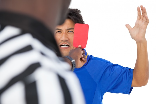 Рефери показывает красную карточку футболисту