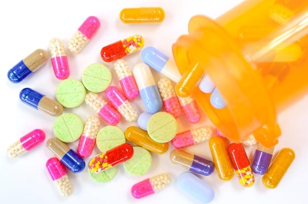 Медицина в легкой защищенной бутылке. капсулы в оранжевой бутылке. концепция рецепта refill.