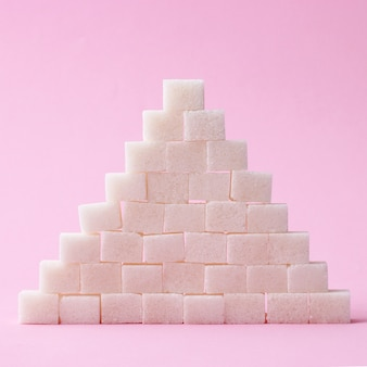 色付きの背景に精製された砂糖。糖尿病の概念、過剰な砂糖。高品質の写真