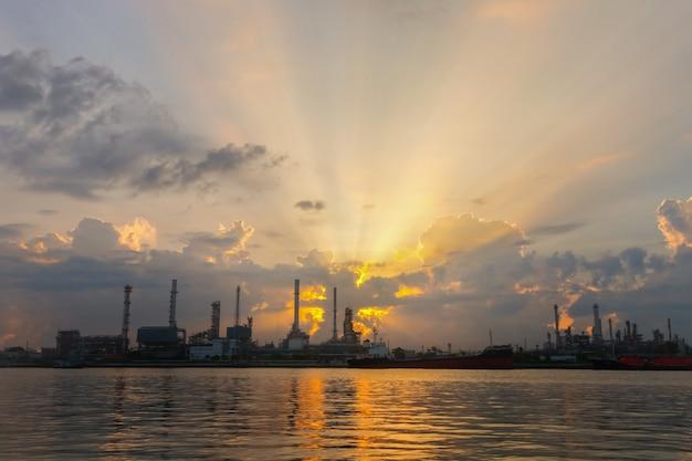 Нефтеперерабатывающий завод в ночном небе прекрасен
