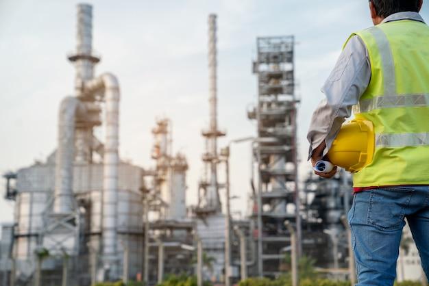 製油所建設現場でppeを着用している製油所産業エンジニア